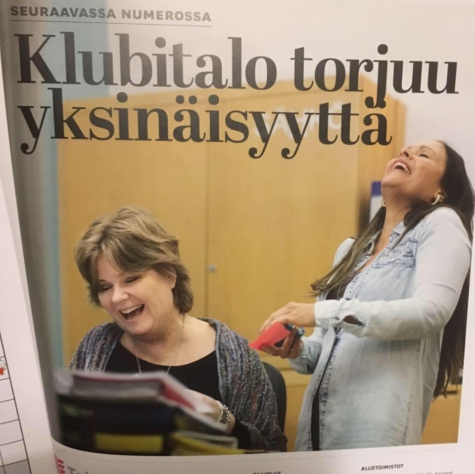Kuva Yhteishyvän lehtiartikkelista, jossa Klubitalon entinen johtaja Marjukka sekä apulaisjohtaja Miia Oijennus naureskelevat